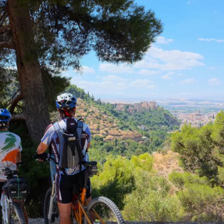 78_Califato_bici_llegada-Granada_Alhambra_panoramica_viajeros