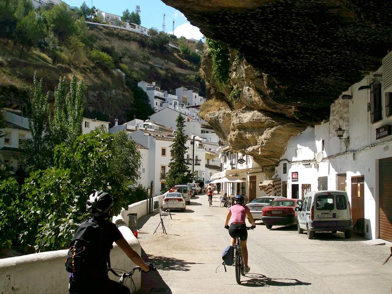 Por la Calle del Sol en Setenil de las Bodegas (Cádiz)
